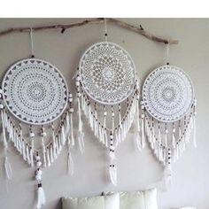 Teje pequeñas carpetitas o servilletas para realizar estas bellezas decorativas las cuales guardan un secreto único , son moda en todo el...