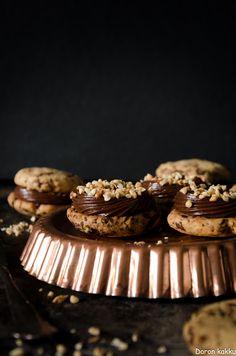 Nutella-tuorejuustotäytteiset suklaahippupikkuleivät http://doronkakku.blogspot.fi/2017/03/overit-suklaahippupikkuleivat-taytetaan.html
