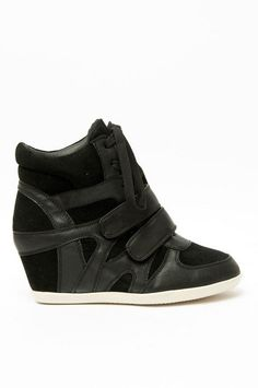 These look like the shoes that Lee Ga Young from Fashion King (Korean drama) wears.