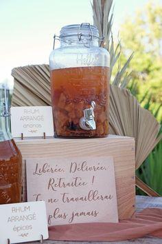 """Petite fontaine à boissons en verre transparent avec une contenance de 2.8 litres, elle est décorée d'une belle phrase estivale """"Hello summer enjoy this season"""" ! Idéal le jour d'un mariage, d'un anniversaire, d'un EVJF ou d'un baptême, placez cette bonbonne à jus ou à limonade sur une jolie table décorée pour rafraîchir vos convives lors des chaudes journées d'été. Pensez a ajouter une pancarte """"Servez-vous"""" ou une jolie ardoise pour indiquer la saveur à vos invités. Wine, Saveur, Ajouter, Transparent, Drinks, Bottle, Table, Juice Bars, Birthday"""