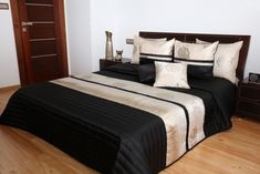 Kvalitny cierny prehoz so zlatym pruhom a vankusmi Bed Spreads, Room, House, Furniture, Home Decor, Ideas, Bedroom Layouts, Bedroom, Decoration Home