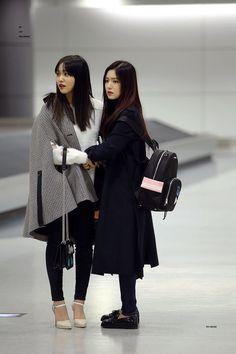 Red Velvet Irene and Red Velvet Yeri❤ Kpop Fashion, Korean Fashion, Girl Fashion, Fashion Outfits, Airport Fashion, Red Velvet イェリ, Red Velvet Irene, Velvet Style, Park Sooyoung