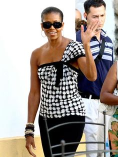First lady Michelle Obama is known for her fab clothes & eye for fashion. And boy does she know how to rock a pair of sunnies too. Check her out in these wide, thick-rimmed bold frames.