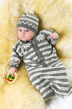 Great Norwegian Style knitting pattern for a Buggy suit or car seat bag and hat in Sandnes Smart yarn Knitting Paterns, Baby Knitting, Crochet Patterns, Knitting Ideas, Norwegian Style, Baby Barn, Baby Bunting, Baby Cocoon, Children In Need