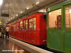 L'ancien métro avec son wagon rouge pour les premières classes Metro Subway, Nyc Subway, Old Pictures, Old Photos, Orient Express Train, Paris France, Trains, Paris Souvenirs, Paris Metro