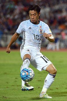 Shinji Kagawa #10 of Japan controls the ball during the 2018 FIFA World Cup…