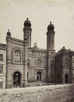 Dohány utcai zsinagóga. A felvétel 1878 körül készült. A kép forrását kérjük így adja meg: Fortepan / Budapest Főváros Levéltára. Levéltári jelzet: HU.BFL.XV.19.d.1.05.071 Old Pictures, Old Photos, Vintage Photos, Anno Domini, Jewish History, History Photos, Budapest Hungary, Beautiful Buildings, Holiday Travel