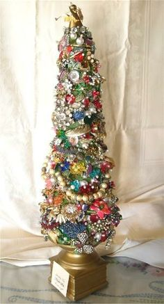 Create a vintage costume jewelry Christmas tree with broken or old jewelry. Diy Projects Vintage, Vintage Jewelry Crafts, Vintage Ideas, Vintage Jewellery, Unique Vintage, Primitive Christmas, Vintage Christmas, Black Christmas, Miniature Christmas