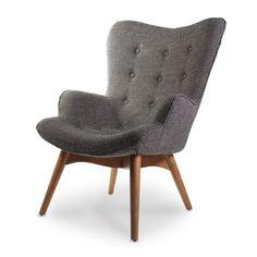 De Wagon fauteuil van X5 Home heeft ronde vormen gecombineerd met een strak onderstel gemaakt van walnoten hout | LOODS 5
