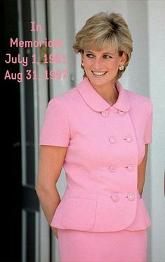 Meghan Markle and Princess Diana share more than Prince Harry in common. Here are five times Meghan Markle dressed exactly like her mother-in-law. Princess Diana Death, Princess Diana Family, Princess Diana Pictures, Princess Of Wales, Princess Meghan, Princess Margaret, Diana Fashion, Royal Fashion, Lady Diana Spencer