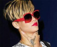 Se invece volete un cambio radicale potete farvi ispirare da Rihanna e fare dei colpi di sole biondo chiaro su una base scurissima solo nella parte anteriore della testa, in questo caso l'effetto è molto forte ed è particolarmente bello se avete un bel ciuffo, se invece avete i capelli lunghi potete schiarire delle ciocche sparse su tutta la testa in modo da creare una luminosità diffusa.