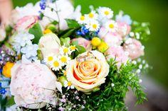 Bruidsfotografie veldbloem bruidsboeket trouwringen huwelijk Brabant. Foto door Marijke Krekels Fotografie