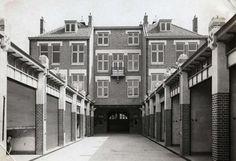 Auto's. De nieuwe garage van de Haagsche Automobiel Maatschappij aan de Van Beverningkstraat 229-239 in Den Haag. Foto 1911, de garageboxen die gehuurd kunnen worden.