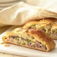 Ham n Swiss Crescent Braid This braided bread is packed with sandwich goodies, including ham, Swiss cheese, broccoli and mushrooms. Cream Cheese Crescent Rolls, Cresent Rolls, Ham And Cheese, Swiss Cheese, Braided Bread, Crescent Dough, Breakfast Recipes, Breakfast Time, Sandwiches