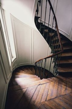 ♥ twisted stairs, the banister, the floor . . . Beautiful Stairs, Entrance Hall, Country Decor, Connor Franta, Grand Staircase, Interior Design Inspiration, Dark Wood, Doorway, Sweet Home