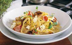 Feta-broileripasta Thai Red Curry, Feta, Potato Salad, Healthy Recipes, Healthy Food, Chicken, Ethnic Recipes, Oliver, Greece