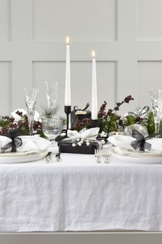 Contrasting Black and White Christmas Table Setting with Pure Linen Tablecloth and Napkins Christmas Dining Table, Christmas Table Settings, Christmas Table Decorations, Holiday Decor, Linen Tablecloth, Table Linens, Tablecloths, Black And White Tablecloth, White Table Settings