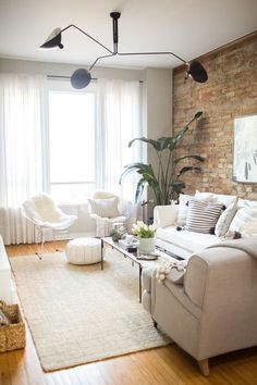 Una casa de estilo nórdico con ambientes muy relajados y una pared de ladrillo vista que marca la diferencia.