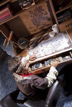 Scrivania di pirata 20.13.1101 le camerette per bambini Cilek Black Pirate Questa scrivania per bambini é perfetto per progettare l'avventuta dei pirati, per lettura delle carte e naturalmente per studiare, e per fare i compiti di casa. La scrivania é pratica, é posto per tutto. É un ottima scelta per capitani giovani del mare!
