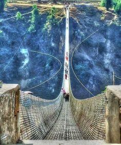 Kusma Gyadi (Nepal) El puente colgante más grande del mundo, se levanta a lo largo de 345 m sobre el vacío. pic.twitter.com/QU85qvtqFt