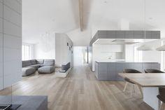 offene Küche und Wohnbereich in hellgrau und Weiß