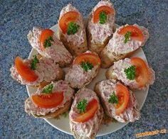 Chuťově připomíná čajovku ( -pomazánka  balená jako buřtík)<br>Salám a cibuli najemno nastrouhám neb... Appetizer Sandwiches, Appetizers, Czech Recipes, Ethnic Recipes, Bread Rolls, Food 52, Party Snacks, Charcuterie, Sushi