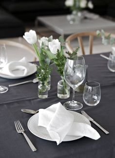 It´s only a couple of days left until Christmas eve, and for all of you that are having guests this year I´m sharing 10 table setting ideas for Christmas today. Thanksgiving Table Settings, Christmas Table Settings, Wedding Table Settings, Dinner Party Table, Hygge, Table Setting Inspiration, Tableware, Christmas Ideas, Christmas Inspiration