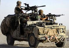 army S. - Special Air Service-Three members of the SAS on a Special Land Rover used for long-range actions Army Vehicles, Armored Vehicles, Land Rover Defender, Beret Rouge, Special Air Service, Best 4x4, Military Special Forces, Rangers, Cars