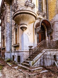 Old house in Cotroceni, Bucharest, Romania - facades, architecture, design Facade Architecture, Beautiful Architecture, Neutral Walls, Bucharest Romania, Grand Entrance, Urban Sketching, Art Deco Design, Abandoned Places, Travel Around The World
