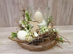 This cream-white elegant lantern glass with candle brings a beautiful candlelight to your coffee or coffee table. A glass with a cream-colored egg candle is surrounded by artificial … Easter Flower Arrangements, Easter Flowers, Floral Arrangements, Easter Table, Easter Eggs, Diy Osterschmuck, Fleurs Diy, Deco Floral, Diy Easter Decorations