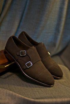 Zinc plated heel bar buckles, elegant look for maroon shoes.