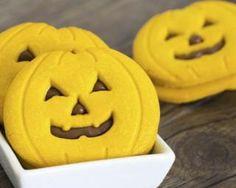 Biscuits citrouille spécial Halloween aux noisettes et chocolat : http://www.fourchette-et-bikini.fr/recettes/recettes-minceur/biscuits-citrouille-special-halloween-aux-noisettes-et-chocolat.html