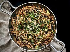 Vegeviettelys: Beanit-nuudeliwokki Japchae, How To Dry Basil, Spaghetti, Herbs, Parsa, Ethnic Recipes, Food Food, Herb, Noodle