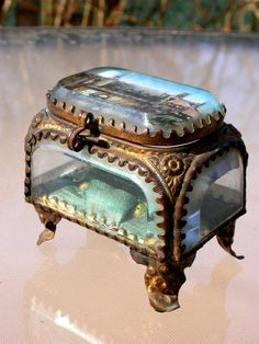 French antique jewel box circa - from Antique France Antique Boxes, Or Antique, Antique Jewelry, Vintage Jewelry, French Antiques, Vintage Antiques, La Danse Macabre, Pretty Box, Jewellery Boxes