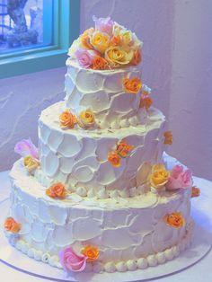 ラウンド形ケーキは360度どこから見ても美しい表情をお披露目することができます。生花やクリームで作った花を飾れば、華やかさがぐっと引き立ちます♪