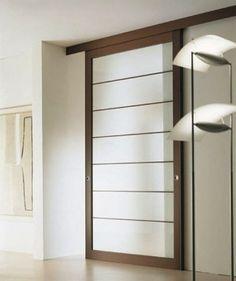 Puerta corredera de madera con franjas de cristal traslucido