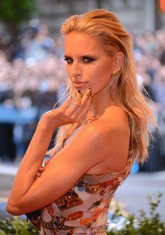 Karolina Kurkova aderezó su 'look punk' en la gala del Met con anillos de oro con uñas falsas incorporadas.