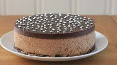 - Sjokolademoussekake med peanøtter - Chocolate Mousse with Peanut Brownie, - thinner ganache-top? Peanut Brownies, Norwegian Food, Healthy Sweet Treats, Pudding Desserts, Bread And Pastries, Dessert Drinks, Let Them Eat Cake, No Bake Cake, Just Desserts