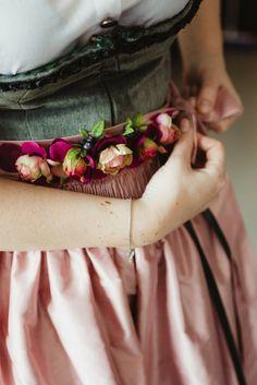 Ein ganz besonderer Blumengürtel im Vintage Stil für euer Dirndl. Jeder der Blumengürtel wird in Handarbeit in meinem Atelier hergestellt. Eine Auswahl findest Du auf der Homepage. Inspirationen findest Du hier für: #brautdirndl #hochzeitsdirndl #dirndl #trachtenhochzeit #dirndlliebe #style #tracht #braut