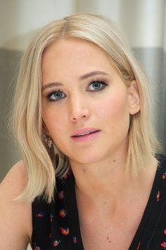 Pixie crops, colour changes and that famous Katniss braid, track Jennifer Lawrence's hairstyle history Jennifer Lawrence Blonde, Jenifer Lawrence, Katniss Braid, Katniss Everdeen, The Hunger Games, Love Hair, Great Hair, Happiness Therapy, Bobs