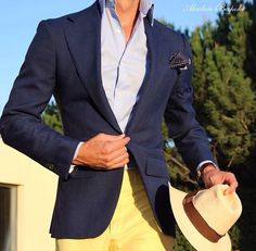 Blazer azul marino con pañuelo de bolsillo y pantalones de tono amarillo. Una opción informal y elegante a la vez!