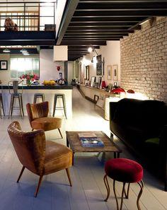 Un loft con una combinación de materiales que podrían parecer imposibles: Paredes de ladrillo, muebles de madera natural, cuero, tapicerías aterciopeladas, metal...