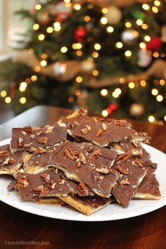 Are you looking for the perfect cookie exchange recipe? This easy saltine chocolate toffee is incredibly delicious and will impress your guests! Candy Recipes, Cookie Recipes, Dessert Recipes, Toffee Recipe, Christmas Sweets, Christmas Cookies, Christmas Candy, Christmas Recipes, Chocolate Toffee