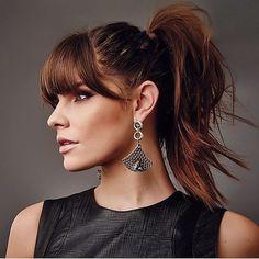 """SchwarzkopfPro Spain on Instagram: """"¡ATRAE TODAS LAS MIRADAS! ¡Este estilo de @rayanerodriguesc es CAUTIVADOR! 😍  *Fórmula* 👉6-491 + 8-176 con 6 Vol. – en raíces y puntas se…"""" Big Ponytail, Side Ponytail Hairstyles, Cute Hairstyles For Medium Hair, Fringe Hairstyles, Hairstyles With Bangs, Medium Hair Styles, Updo Hairstyle, Prom Hairstyles, Prom Hair Updo Elegant"""