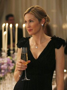 GOSSIP GIRL Kelly Rutherford portrays the character of Lily van der Woodsen. Gossip Girl Outfits, Gossip Girl Fashion, Gossip Girls, Gossip Girl Party, Gossip Girl Dresses, Serena Van Der Woodsen, Cocktail Outfit, High Society, Gourmet Festival
