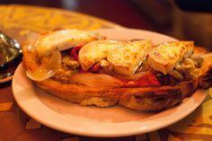 Tosta de escalivada con queso de cabra en la bodega La Tinaja de Barcelona