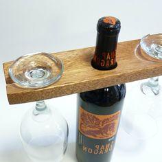 holzdeko-weinflasche-holzbrett-zwei-gläser - schön und praktisch