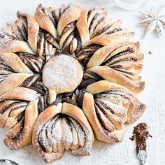 Chocolate hazelnut star bread is a breakfast dream! Sweet yeast dough layered with creamy chocolate hazelnut spread makes the most delicious star bread! Festive Bread, Holiday Bread, Christmas Bread, Holiday Baking, Christmas Baking, Braided Nutella Bread, Nutella Star Bread, Hazelnut Recipes, Recipes
