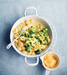 Tässä loistoesimerkki siitä, ettei hyvään pastaanet tarvitse monia aineksia: pelkkä parsakaali, hyvä cheddarjuusto ja loraus kermaa riittävät.