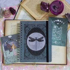 ✨Cadernos de estudos com capas mágicas só na A Quimera!! Merlia, Florence e Morgana voltaram em novo formato para acompanharem você aonde…